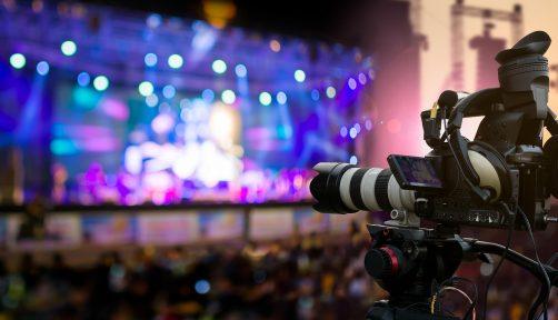 가장 먼저 주목을 받은 단체는 베를린 필하모닉이다. 한시적으로 공연을 취소한 베를린 필은 공연 영상을 온라인에서 감상할 수 있는 '디지털 콘서트홀'(www.digitalconcerthall.com/ko/news)을 3월 31일까지 무료로 개방했다.
