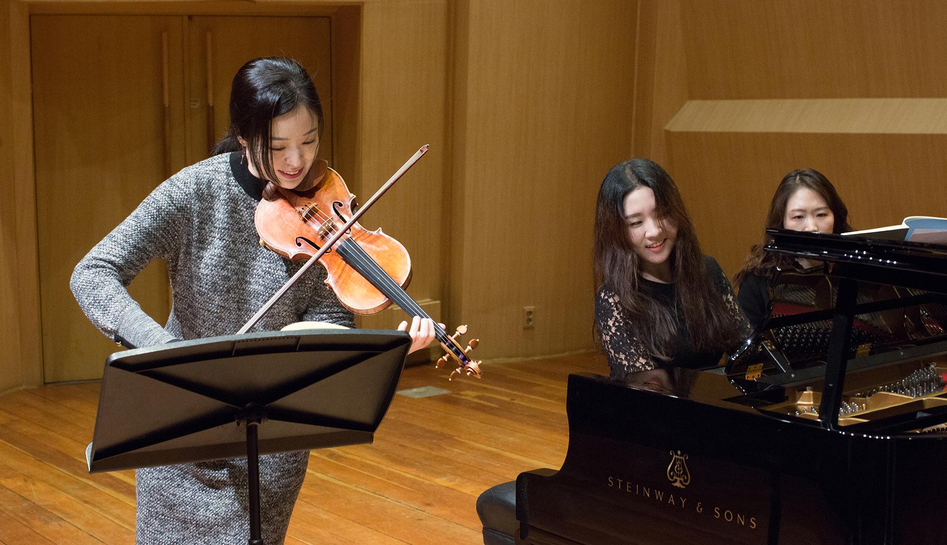 브람스의 바이올린 소나타를 연주하기 위해 다시 만난 김다미·문지영 듀오. 낭만파를 사랑하는 이들의 리허설 무대를 찾았다.