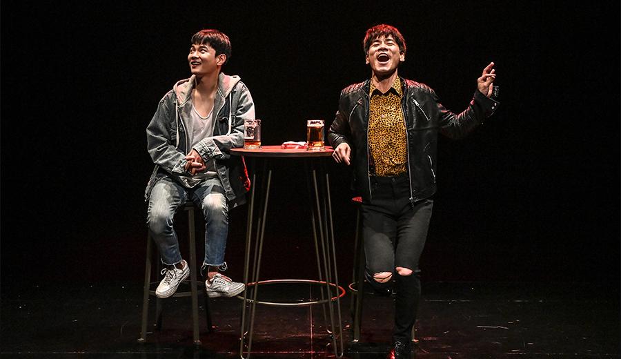 작년 서울시극단의 '창작 플랫폼-연출가'로 초연된 연극 〈와이프〉는 '나'로 살고자 하는 이들은 시대와 불화하면서도 희망을 잃지 않는다는 사실을 보여준다.