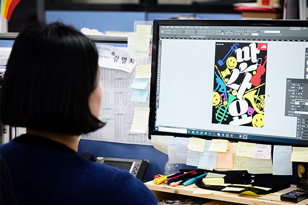 올해 세종시즌 포스터가 공개됐다. 발랄하고 경쾌해 볼 때마다 기분 좋아진다. 원승락, 강영지 디자이너가 전하는 2021 세종시즌 포스터 탄생기.