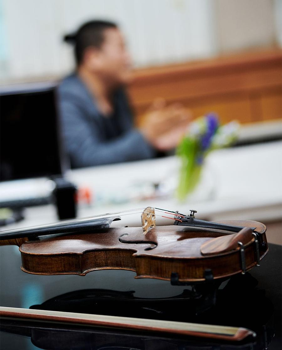 오스트리아의 음악도시 빈으로 여행을 떠나는 서울시유스오케스트라의 . 음악감독이자 협연자인 바이올리니스트 김응수을 만났다.